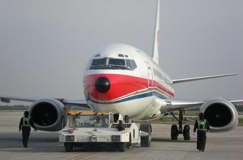 了一瓶机载便携式氧气瓶配到吸氧旅客乘坐的飞机上