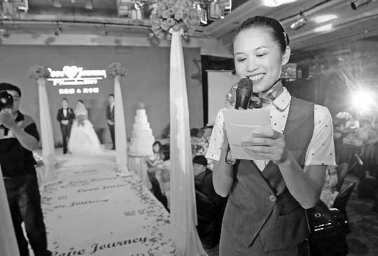 忽这是飞机降地舱门打开的声音,厦门航空有限公司(Xiamen Airlines Ltd.,简称厦航)小高穿着蓝色制服出现在婚礼上,她端着红色托盘,向新郎新娘送上结婚戒指。新娘全不知情,灯光下,已泪光闪闪,为这个别出心裁的戏感动不已。   这是昨晚6点半发生在杭州凯悦酒店的一幕。   戏是婚庆公司和新郎小张精心策划的。小高作为神秘的特约嘉宾和证婚人,重现了新郎向新娘求婚的那一幕。   掌声响起,为新郎的用心,也为新人的幸福。   小高的证婚牵出了一段更为浪漫的故事。   2008年12