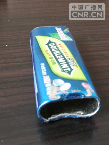 """机场的航班""""旅途中"""",摇身一变成了一个破损的绿箭薄荷糖糖铁质包装盒."""