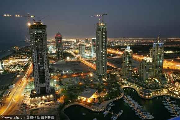 中东阿联酋迪拜出现债务危机,迪拜政府宣布重组旗下的主权投资公司迪拜世界,并寻求延迟6个月偿还债款。   据香港媒体报道,迪拜世界一旦无力还债,将成为自2001年阿根廷违约以来,全球最大主权基金违约事件。外界担心可能触发新一轮金融风暴。   迪拜财政部前日宣布透过发债,从阿布扎比政府持有的两家银行筹集50亿美元,但负债590亿美元的迪拜世界未有受惠,财政部要求其债权人允许暂停偿还债务,至少延长到明年5月30日。