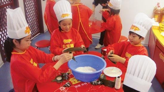 笔尖下流淌着的诱人文字、画板上描绘着的逼真盛宴,让身在上海浦西园区育乐湾内金龙鱼中国味道馆的各位家长和外国友人不禁感叹:原来中国味道不仅可以品味,也可以书写的和描画啊!   为迎接六一国际儿童节的到来,作为2010年金龙鱼上海旅游美食节的重要项目之一,金龙鱼特邀来小记者、小画家们齐聚育乐湾,在这个全球游客齐聚的盛大舞台上,描绘着他们心目中的中国味道,让世界友人随着他们的笔触走进育乐湾内的金龙鱼中国味道馆、尽情博览中国味道!