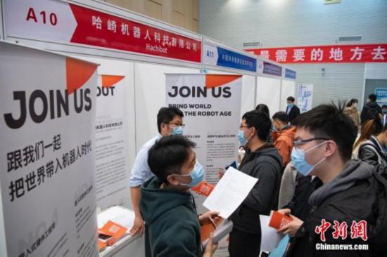 3月17日下午,清华大学举行2021届毕业生就业洽谈会。图为学生与招聘单位进行交流。<a target='_blank' data-cke-saved-href='http://www.chinanews.com/' href='http://www.chinanews.com/'><p align=